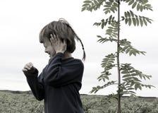 Junge und ein Baum stockfotos