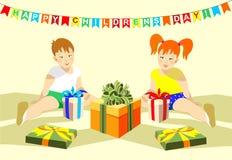 Junge und ein Mädchen, ein Bruder und eine Schwester, der Tag der glückliche Kinder, Geschenke, Geschenkboxen Stockbild