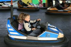 Junge und ein Mädchen an der Spaßmesse Lizenzfreies Stockfoto