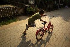 Junge und Fahrrad Lizenzfreies Stockbild