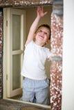 Junge und Fenster Stockbilder