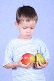 Junge und Früchte Stockfotografie