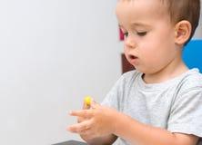 Junge und gelber Plasticine Lizenzfreies Stockfoto