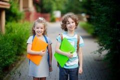 Junge und gerl auf dem Weg zur Schule Stockfotos