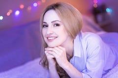 Junge und glückliche blonde entspannende Dame Lizenzfreie Stockfotografie