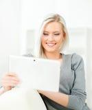 Junge und glückliche Frau mit einem Tablet-Computer Lizenzfreies Stockfoto