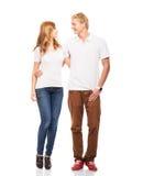 Junge und glückliche Jugendpaare in der stilvollen Kleidung auf Weiß lizenzfreie stockbilder