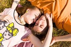 Junge und glückliche Paare stockfotografie