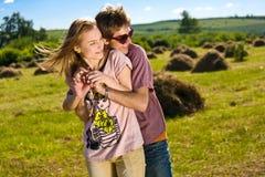 Junge und glückliche Paare lizenzfreie stockfotografie