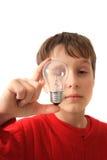Junge und Glühlampe lizenzfreie stockfotografie