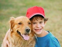 Junge und goldener Apportierhund Stockfotografie
