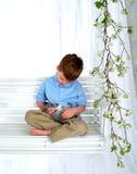 Junge und Häschen auf Schwingen Lizenzfreies Stockfoto