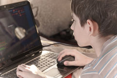 Junge und Heimcomputer Stockbilder