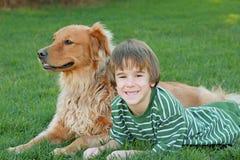 Junge und Hund stockbilder