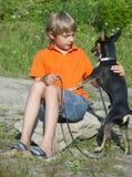 Junge und Hund in der Natur. Lizenzfreies Stockbild