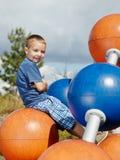 Junge und kletternder Rahmen Stockfoto