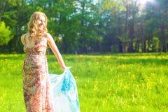 Junge und lächelnde kaukasische Frau mit Halstuch-Freien lizenzfreies stockfoto