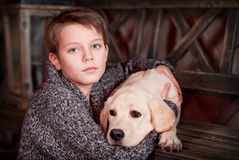 Junge und Labrador-Welpe Stockfoto