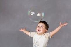Junge und Luftblase Stockbilder