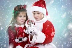 Junge und Mädchen als Sankt und Elfe Stockfoto