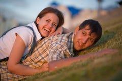 Junge und Mädchen auf dem Gras Stockfoto