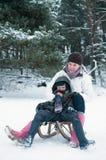 Junge und Mädchen auf einem Schlitten Stockfoto
