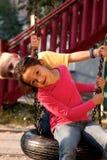 Junge und Mädchen auf Schwingen Stockbild
