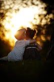 Junge und Mädchen auf Sonnenuntergang Lizenzfreie Stockbilder