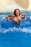 Junge und Mädchen auf Wasserrutschen Lizenzfreie Stockfotos