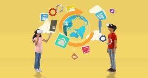 Junge und Mädchen, das Kopfhörer der virtuellen Realität mit digital erzeugten Reiseikonen 4k verwendet lizenzfreie abbildung
