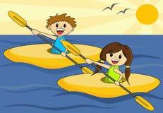 Junge und Mädchen in den Kanus Stockfotos