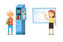 Junge und Mädchen in der Schule Das Nehmen bucht aus dem Schließfach und dem Schreiben von Formel auf Tafel heraus Stockbilder