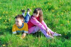Junge und Mädchen in der Wiese lizenzfreies stockbild