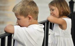 Junge und Mädchen, die über Wasser schauen Lizenzfreie Stockfotos