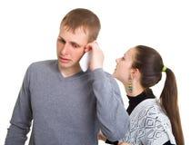 Junge und Mädchen, die auf einem Handy sprechen Stockfoto