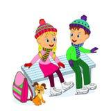 Junge und Mädchen, die auf einer Bank beim Eislauf sitzen Stockfotografie