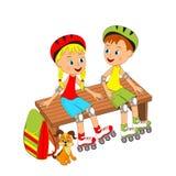 Junge und Mädchen, die auf einer Bank mit Rollschuhen sitzen Lizenzfreies Stockfoto
