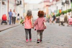 Junge und Mädchen, die auf die Straße gehen stockfotos