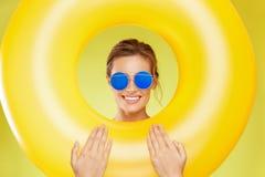 Junge und Mädchen, die auf surfendem Schreibtisch und Blick auf blauem Meer sitzen Tragende Sonnenbrillen der schönen Frau Stockbild