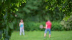 Junge und Mädchen, die Badminton spielen stock video