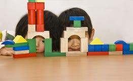 Junge und Mädchen, die Bausteine spielen Stockfotografie
