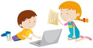 Junge und Mädchen, die an Computer arbeiten Lizenzfreies Stockfoto
