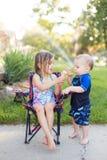 Junge und Mädchen, die Eiscreme essen lizenzfreies stockfoto