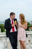 Junge und Mädchen - die Familie an der Hochzeit von Freunden in einem Restaurant Stockbild