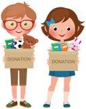 Junge und Mädchen, die Kästen von hält zu spenden gefüllt mit Spielwaren und Büchern stock abbildung