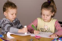 Junge und Mädchen, die Kunst tun Lizenzfreie Stockfotos