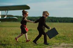 Junge und Mädchen, die Spion spielen lizenzfreie stockfotos