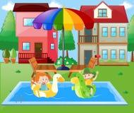 Junge und Mädchen, die zu Hause im Wasser spielen Stockfotos