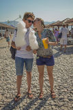 Junge und Mädchen, die Zuckerwatte am Strand essen Stockfoto