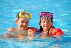 Junge und Mädchen im Pool Stockfotos